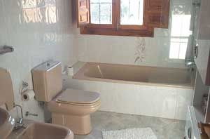 2 bathrooms with bathtub